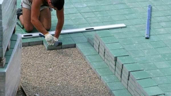как положить тротуарную плитку на даче фото