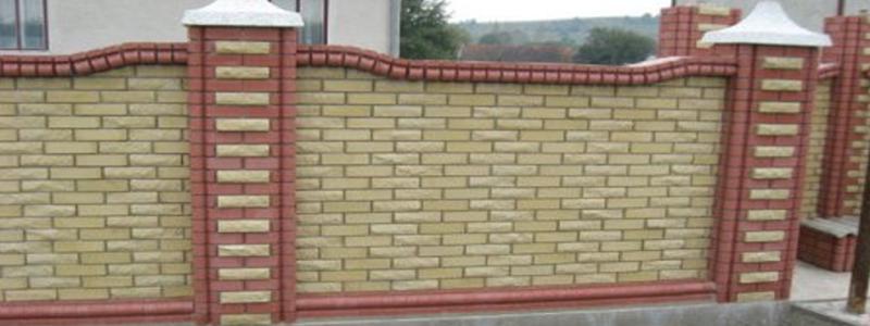 Кирпичный забор: как самостоятельно построить на даче