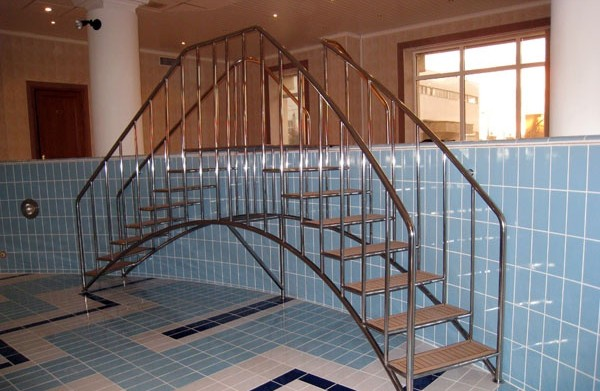 установка лестницы в бассейн фото