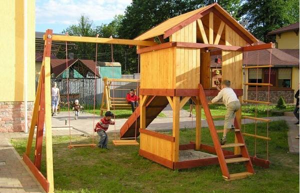 детский деревянный домик на даче фото