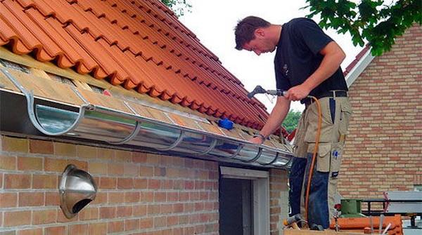 как правильно сделать водосток с крыши фото