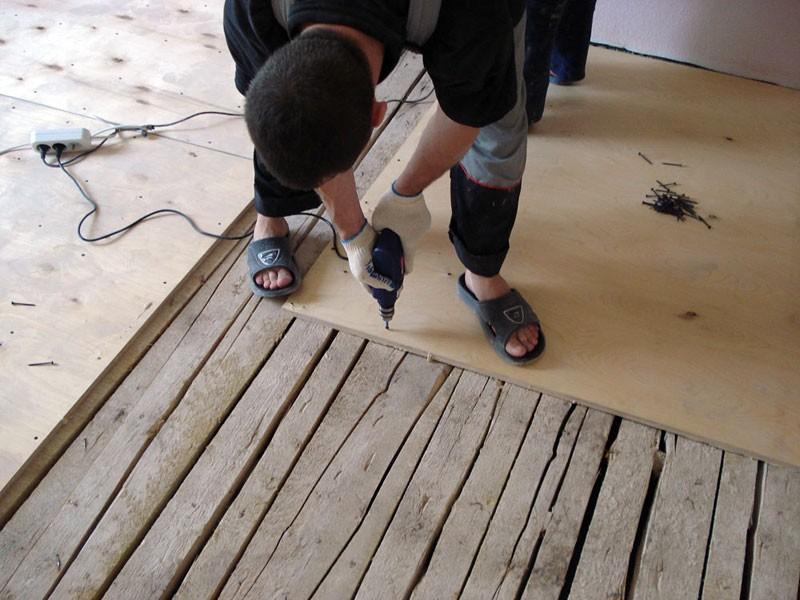 как выровнять деревянные полы фанерой фото