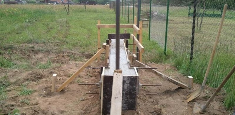 фундамент под забор с кирпичными столбами фото