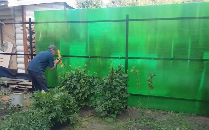 забор из поликарбоната своими руками фото