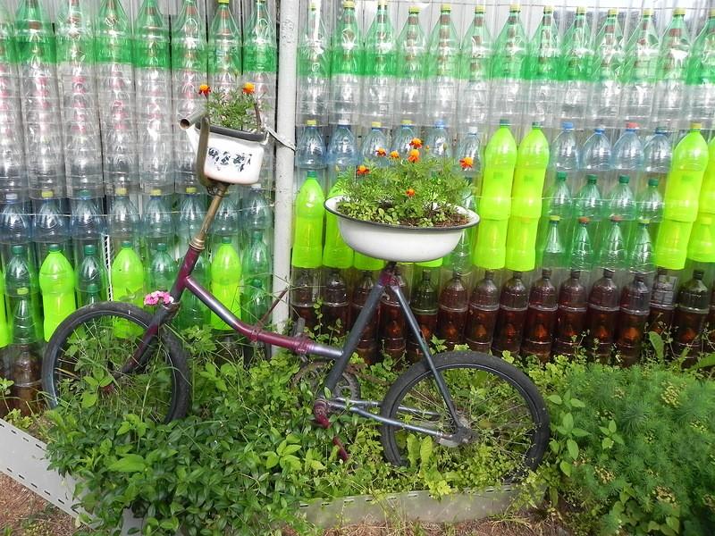 декоративный забор из пластиковых бутылок фото