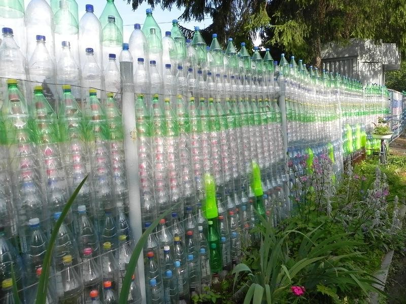 как сделать забор из пластиковых бутылок фото