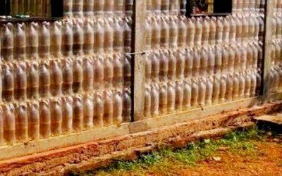 Забор из пластиковых бутылок: идеи из простых материалов