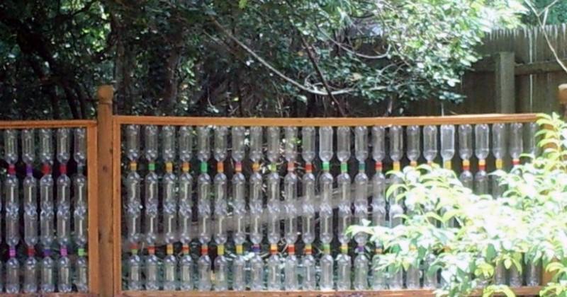 забор из пластиковых бутылок для сада фото