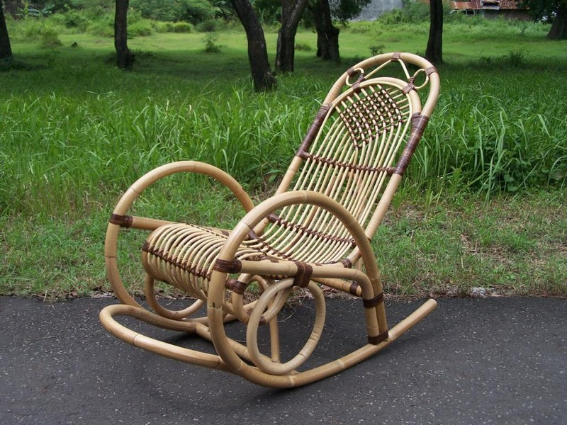 плетеное кресло качалка фото