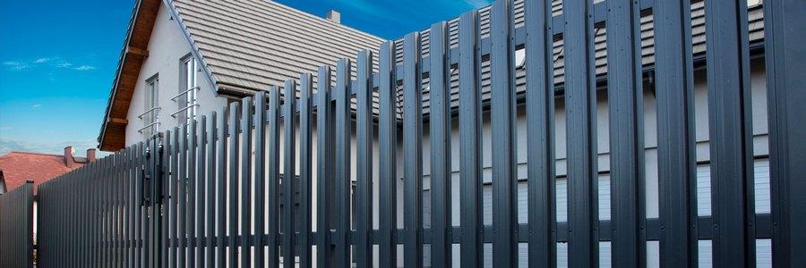 Забор из металлического штакетника: надежный и элегантный