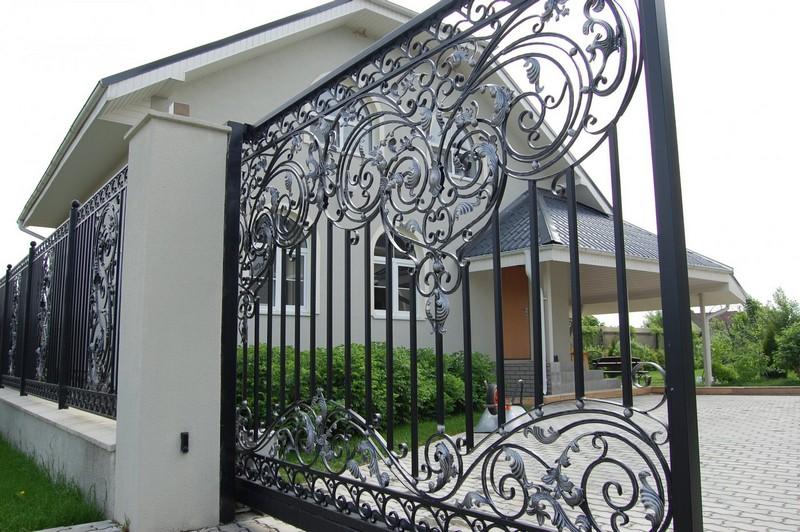 кованый забор на даче фото