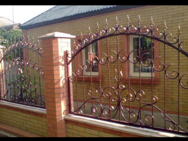 кованый кирпичный забор фото