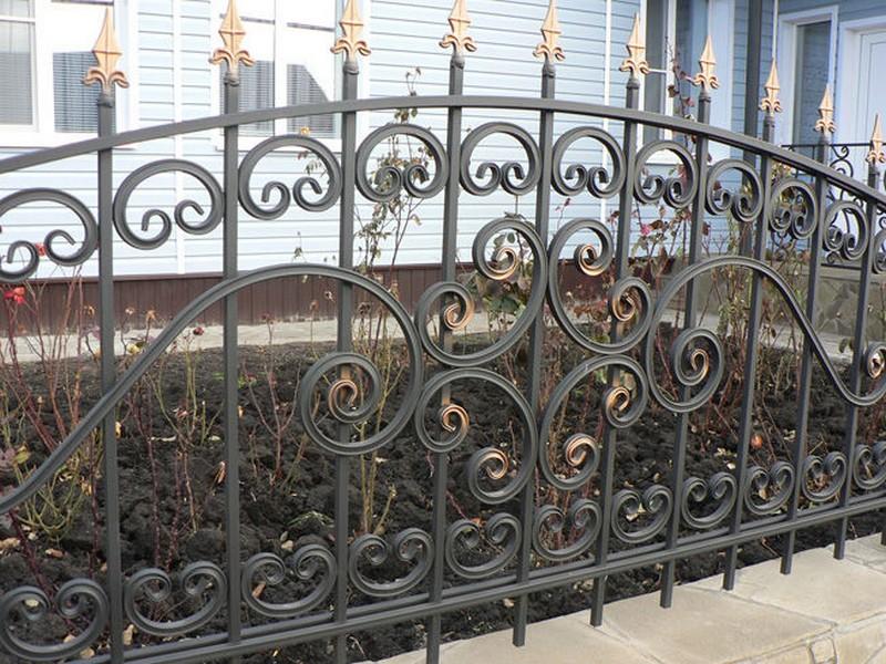 кованый металлический забор фото