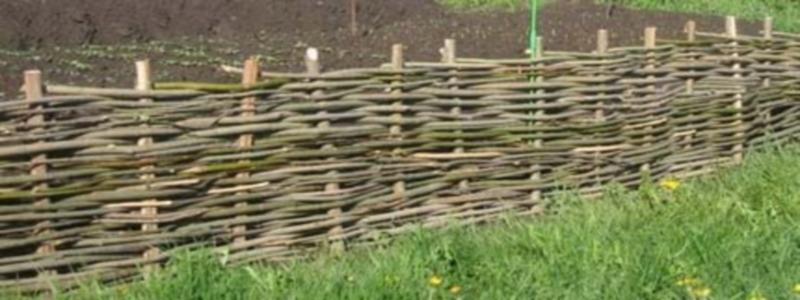 Плетеный забор: виды и самостоятельное изготовление