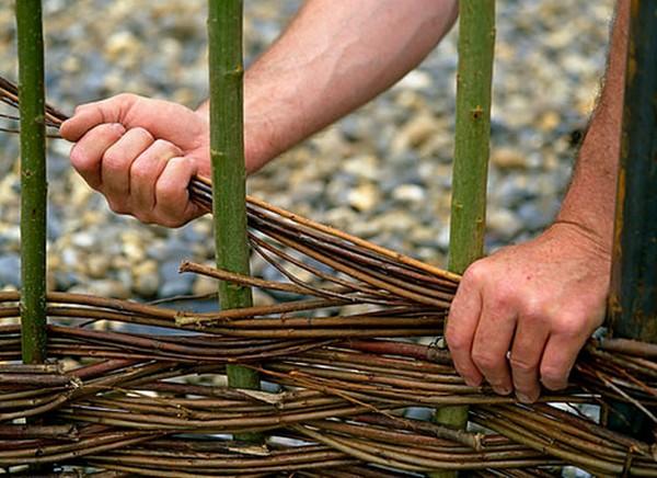 Забор из прутьев своими руками для сада