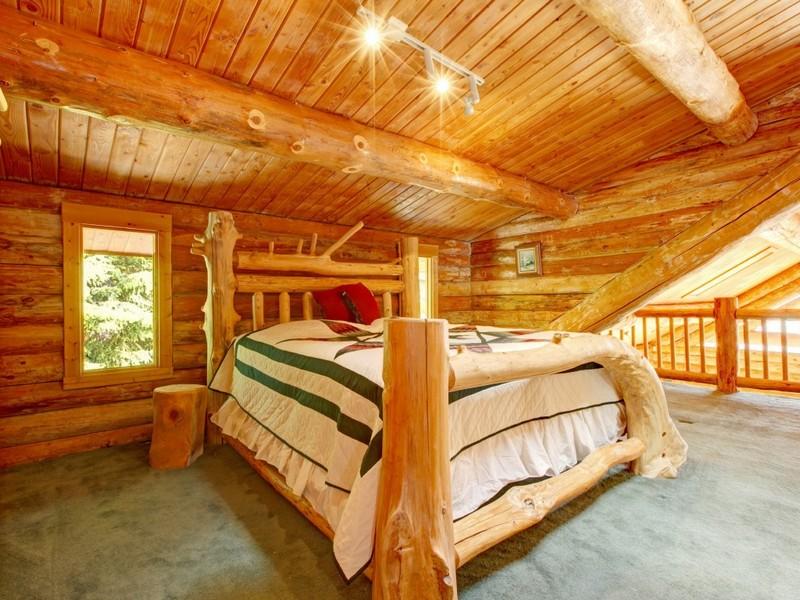 потолок в деревянном доме фото