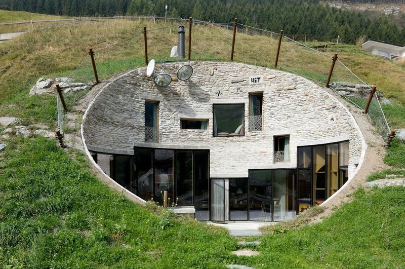 дом на склоне холма фото