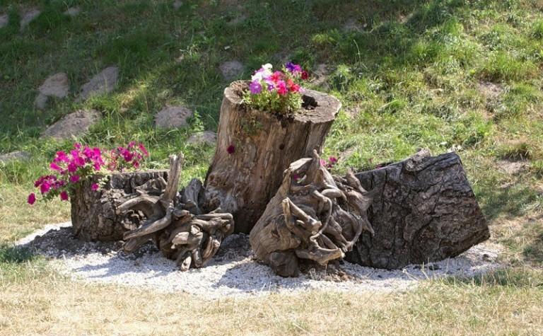 Поделки для дачи из стволов дерева 72
