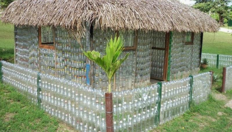 декоративный забор из бутылок фото