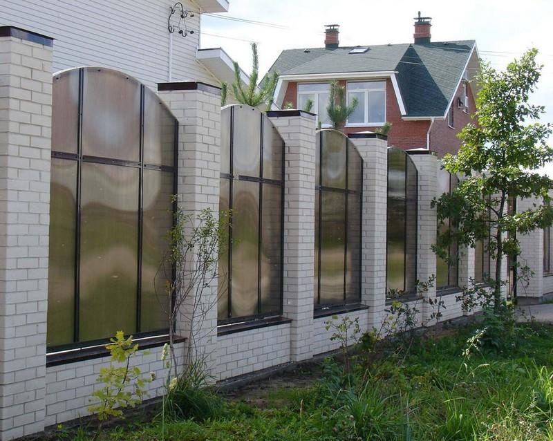 забор из поликарбоната на металлическом каркасе фото